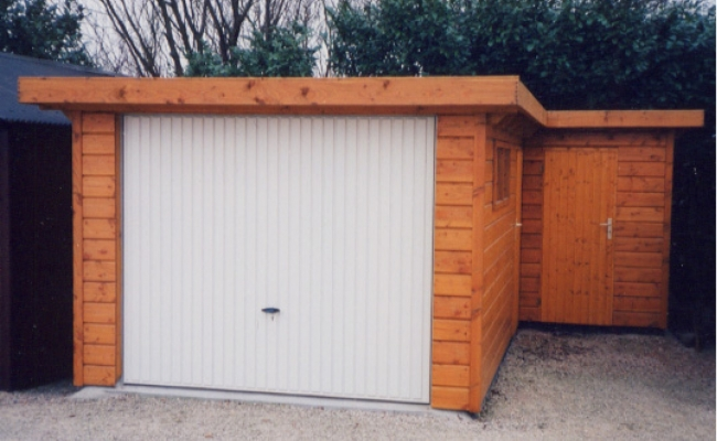 Garage plat model met metaalpoort
