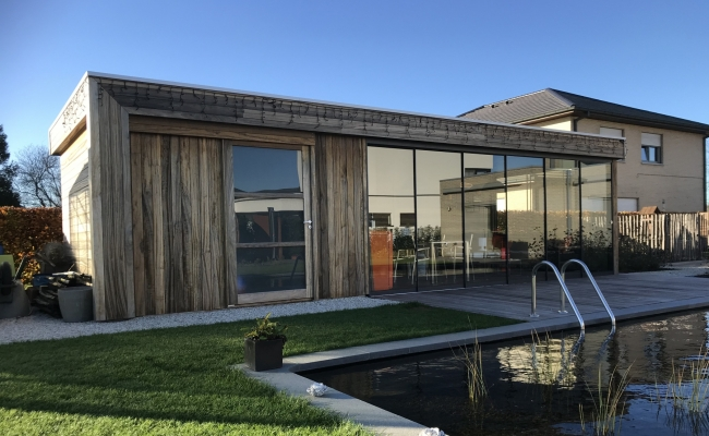 Poolhouse met sliding glass